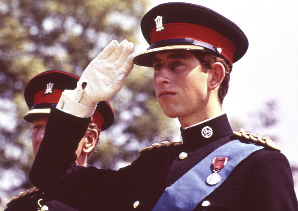 11 de junio de 1969. El príncipe utiliza por primera vez el uniforme de Coronel en Jefe del Regimiento Real de Gales durante la presentación del Regimiento de Color, en el Castillo de Cardiff en Gales. (AP)