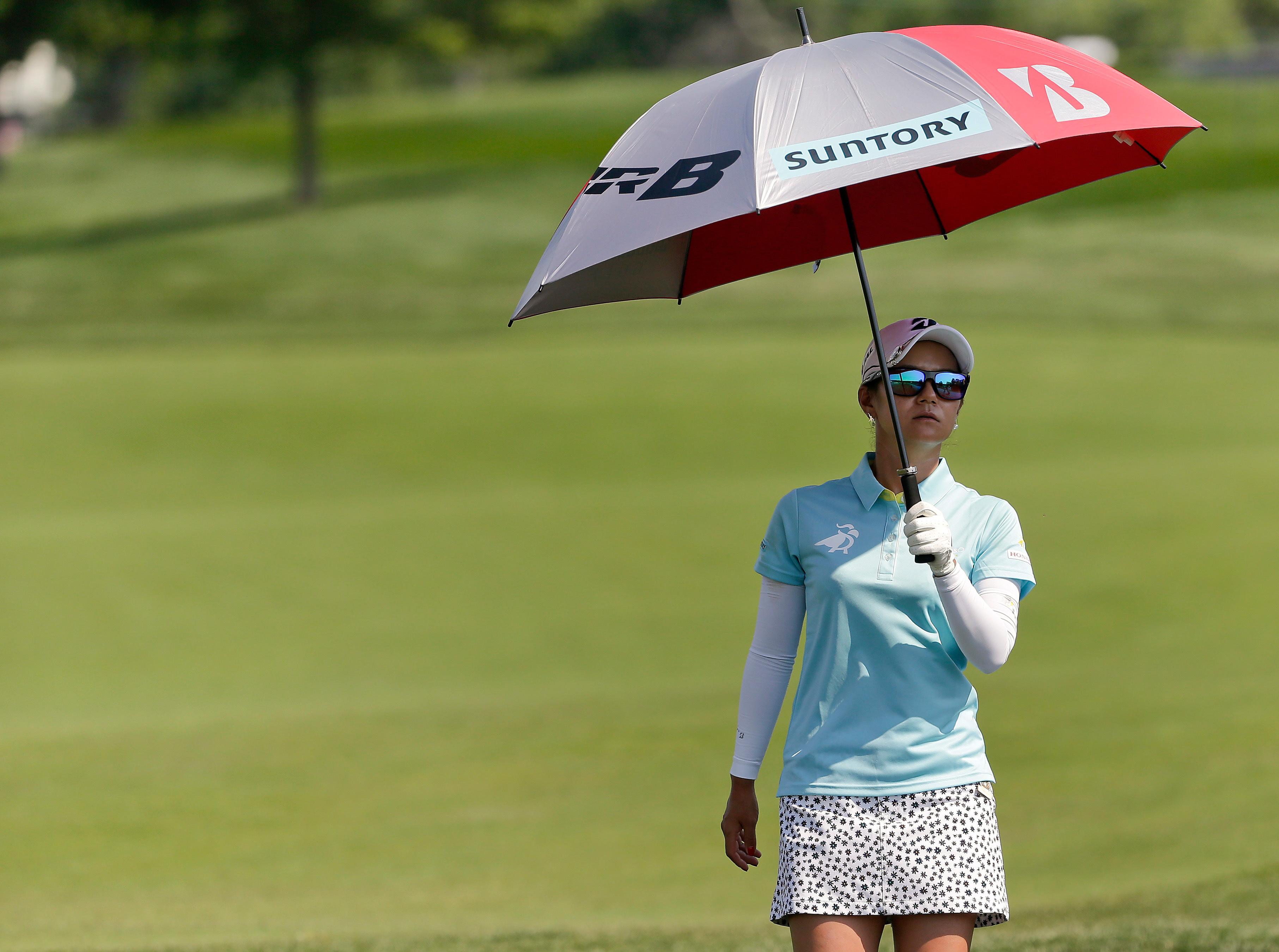La japonesa Ai Miyazato camina hacia el hoyo 15 en su minifalda durante el U.S. Women's Open. Foto AP.