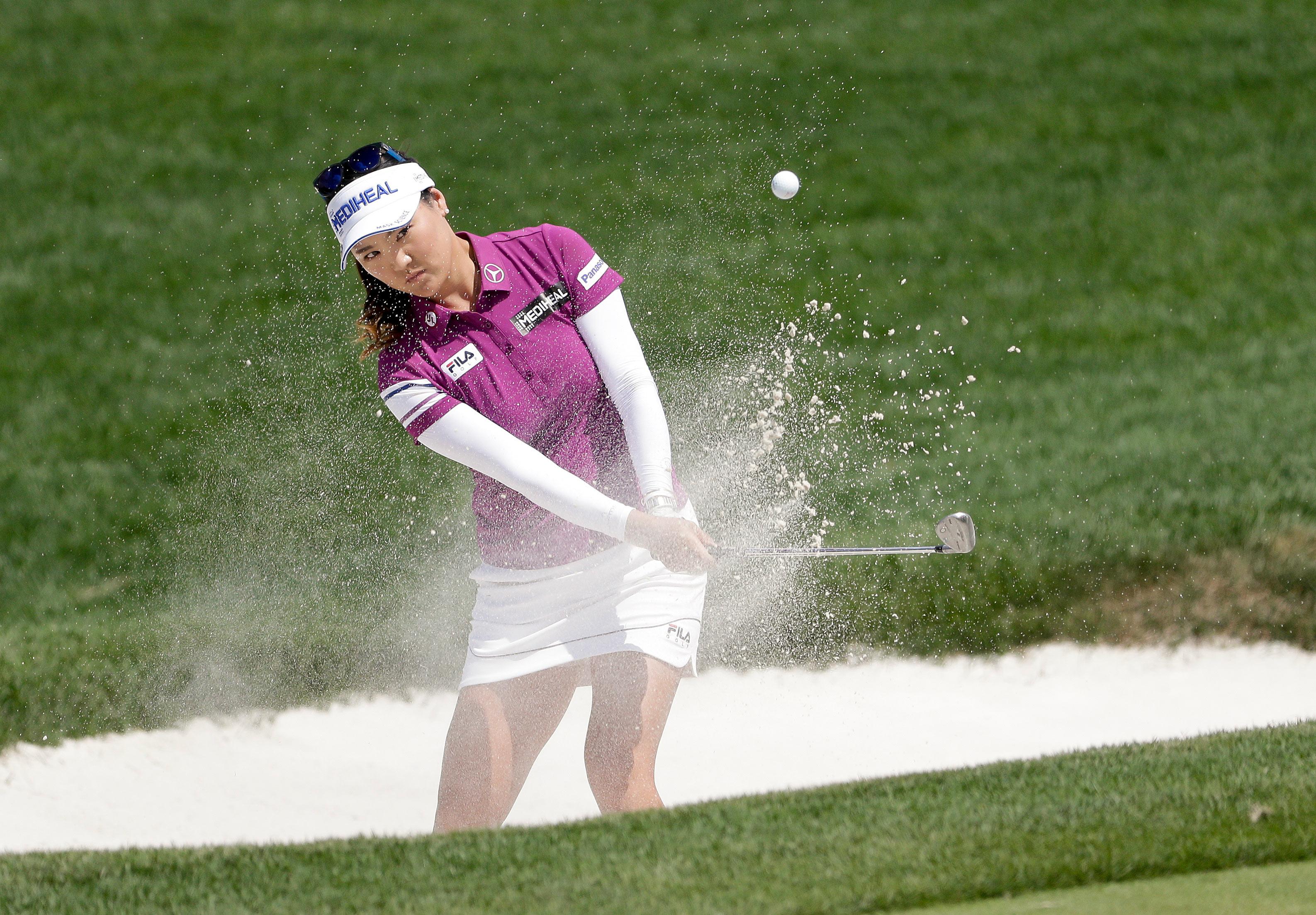 So Yeon Ryu, de Corea del Sur, en minifalda, golpea en el U.S. Women's Open Golf  en Bedminster, Nueva Jersey. Foto AP.