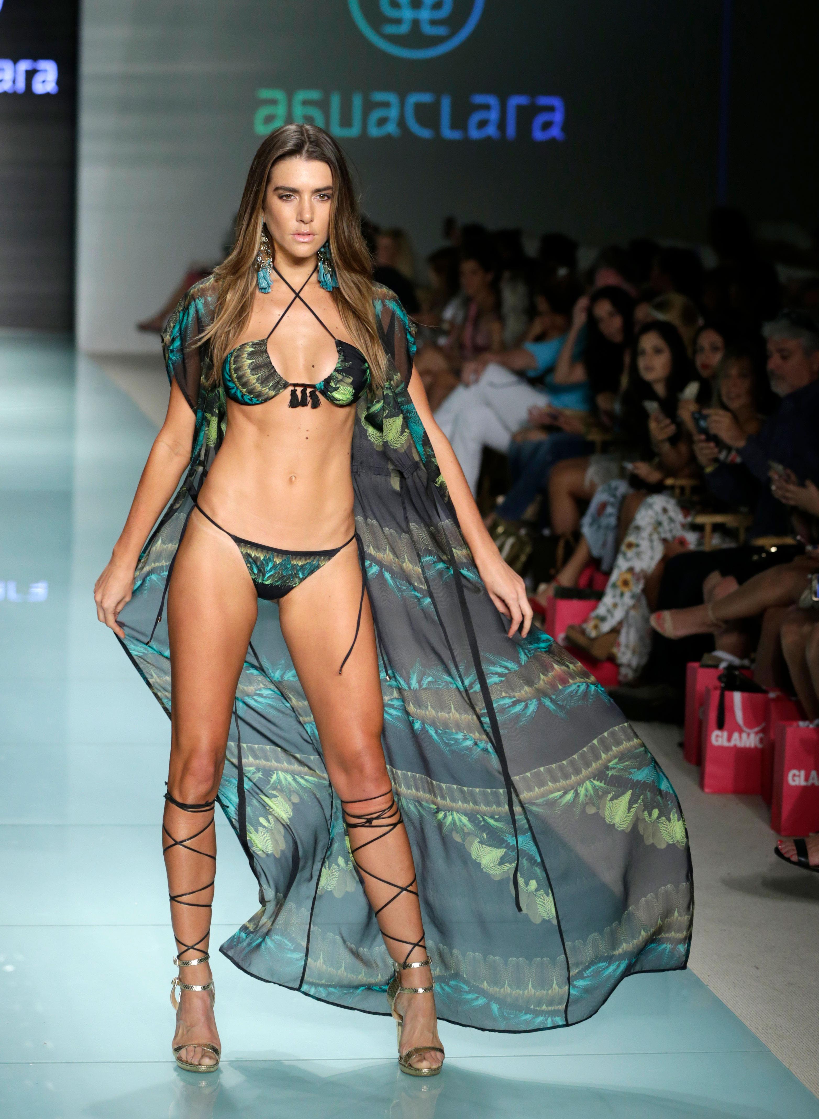 Las capas, una prenda que Agua Clara presentó casi como un accesorio de las bikinis en durante la Swim Week de Miami Beach. Foto AP/Lynne Sladky.