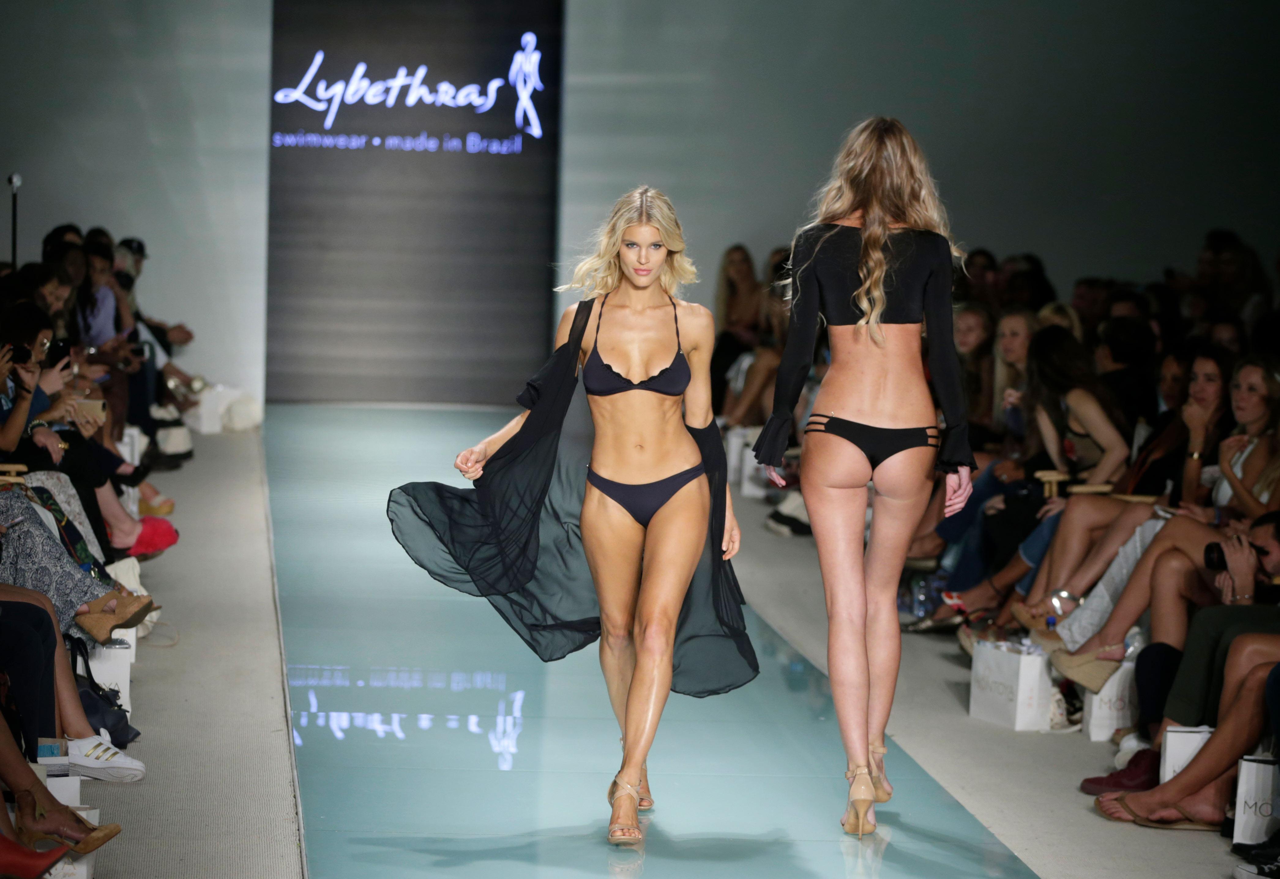 Modelos desfilan bikinis de Lybethras en el Swim Week Miami Beach. Foto AP.