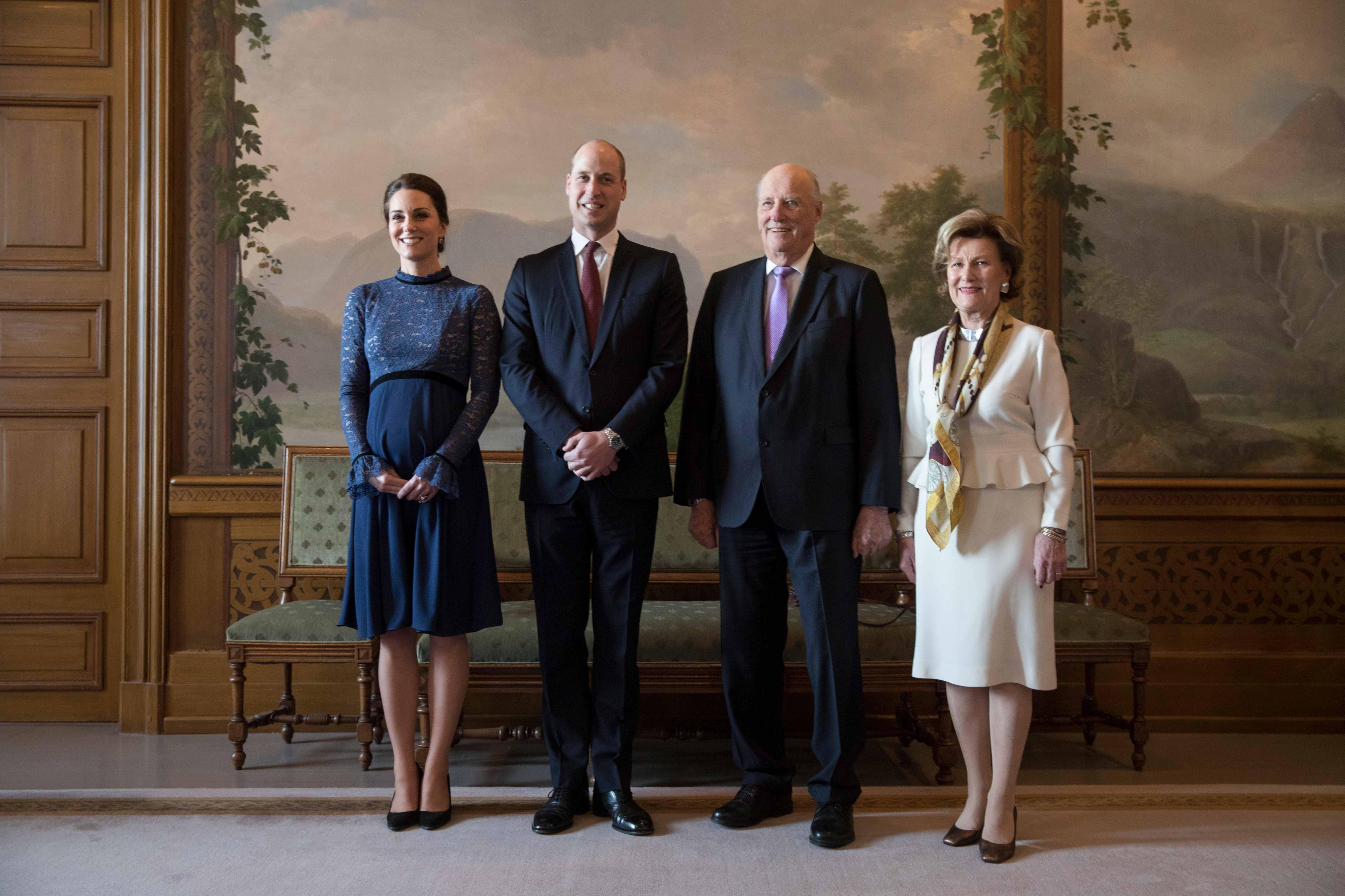 William y Kate posan junto el rey Harald de Noruega, la reina Sonja, en el Palacio Real de Oslo. Por la noche, Kate repitió vestido pero se recogió el cabello. (Foto: Vidar Ruud/NTB Scanpix via AP)