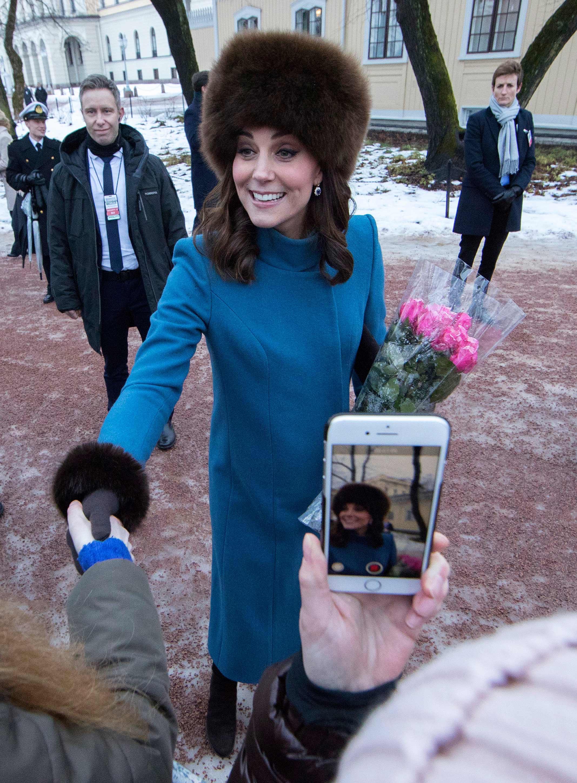 La duquesa de  Cambridge saluda a un grupo de fanáticos en la entrada del Palacio Real noruego, durante su visita de cuatro días. (Foto: Vidar Ruud /NTB scanpix via AP)