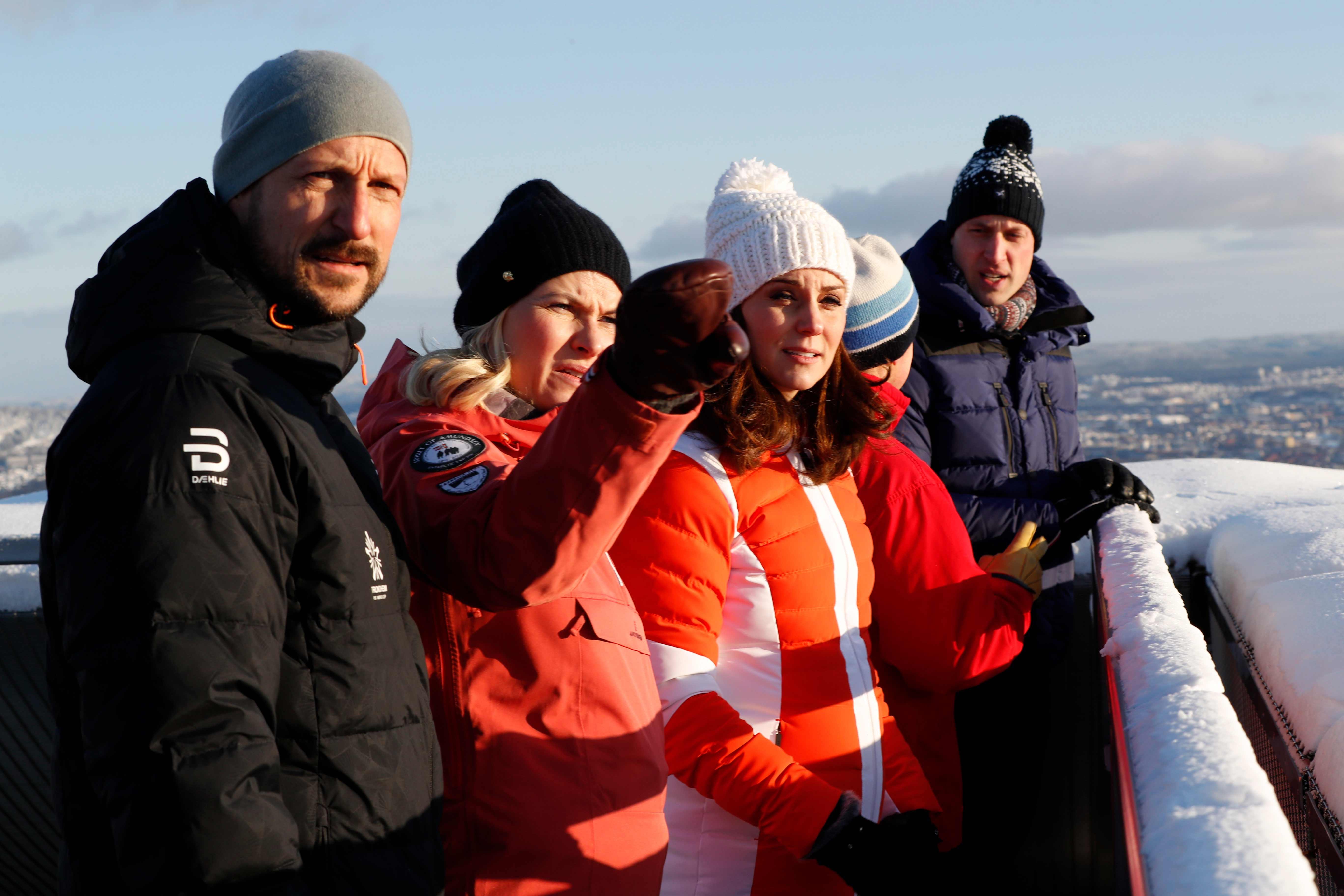 La duquesa de Cambridge, vestida con un gorro y una chaqueta abrigada durante su visita a Noruega. (Foto: AP)