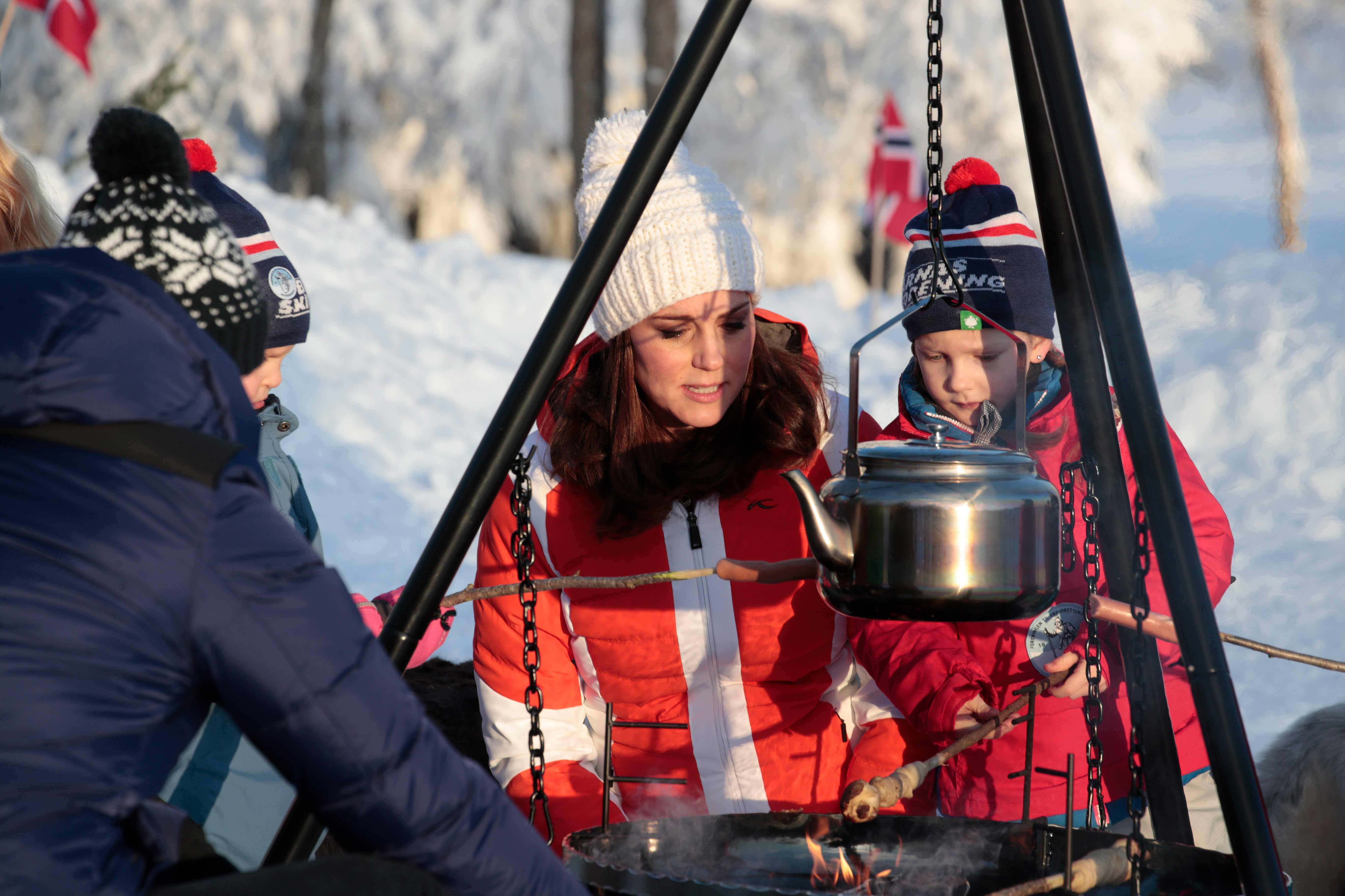 Kate Middleton, vestida para el frío, durante la visita de cuatro días a ese país. (Cornelius Poppe/NTB scanpix via AP)