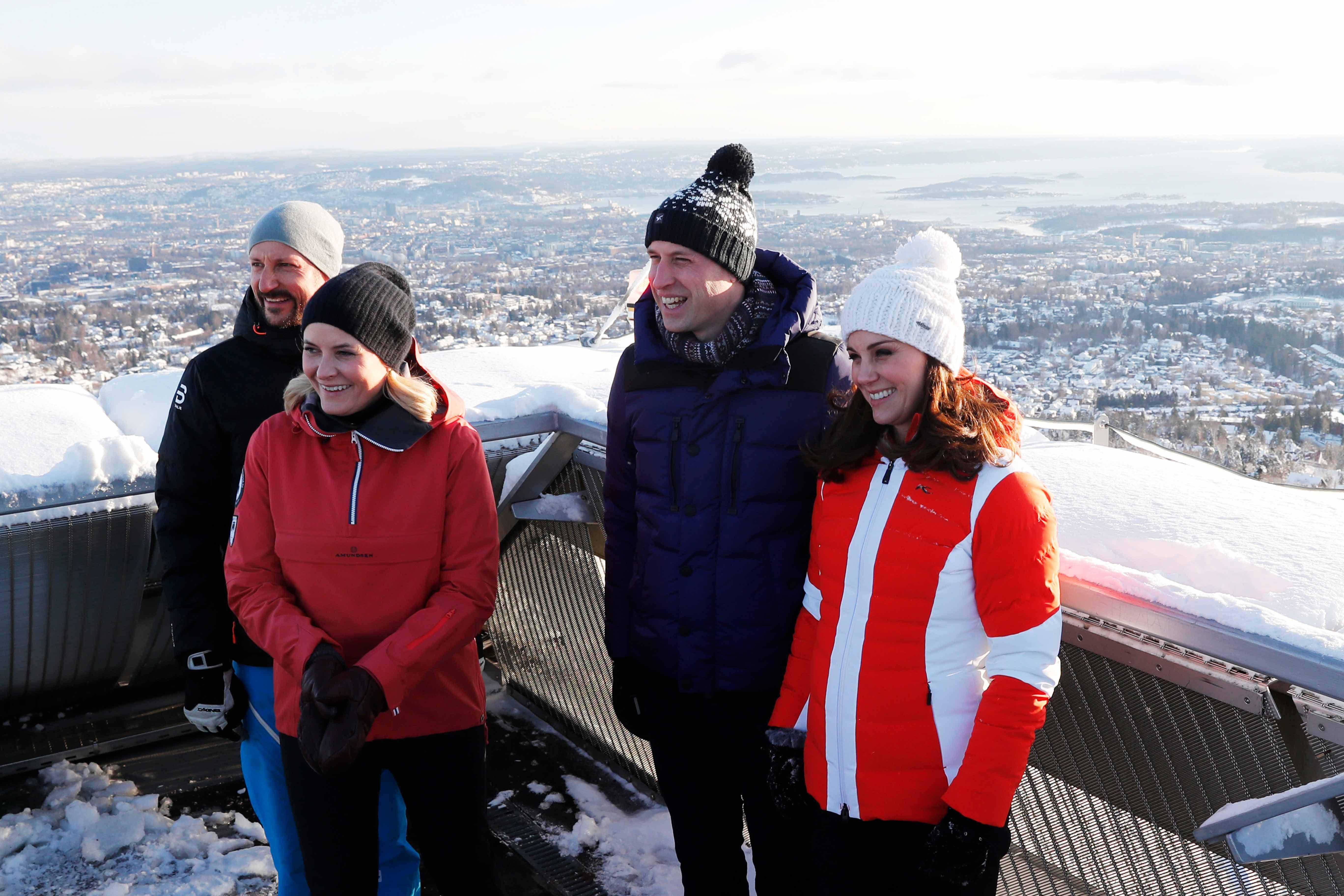 El príncipe William y Kate Middleton junto al príncipe heredero Haakon de Noruega y su esposa  Mette Marit durante la visita de cuatro días a ese país. (Cornelius Poppe/NTB scanpix via AP)
