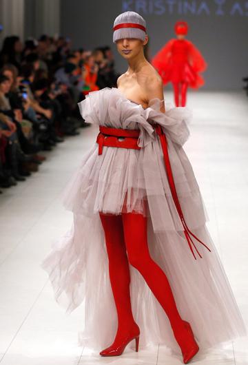 Una modelo desfila un diseño de la ucraniana Kristina_As. (Foto: AP/Efrem Lukatsky)