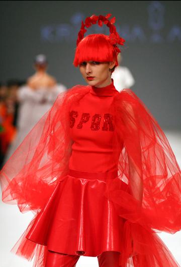 La diseñadora Kristina_As puso en pasarela un diseño en rojos furiosos y mucho volumen . (Foto: AP/Efrem Lukatsky)