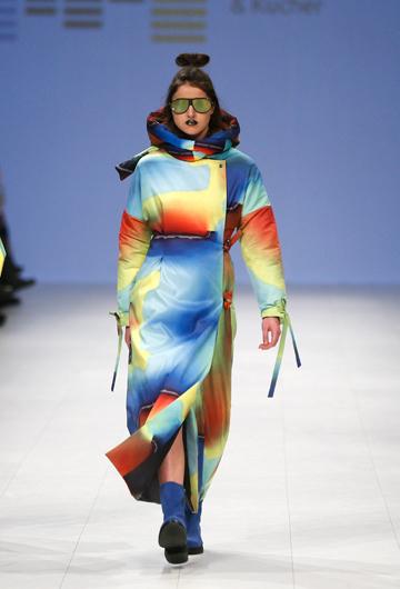 Tonos de arco iris en este diseño de Zherebetska&Kucher Polina Veller en la Semana de la Moda de Ucrania. (Foto: AP/Efrem Lukatsky)