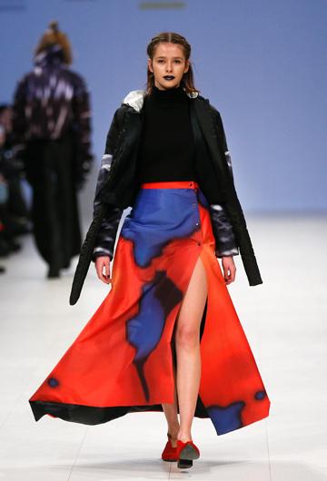 Este diseño de Zherebetska&Kucher Polina Veller regala seducción en rojos, azules y negros.  (Foto: AP/Efrem Lukatsky)