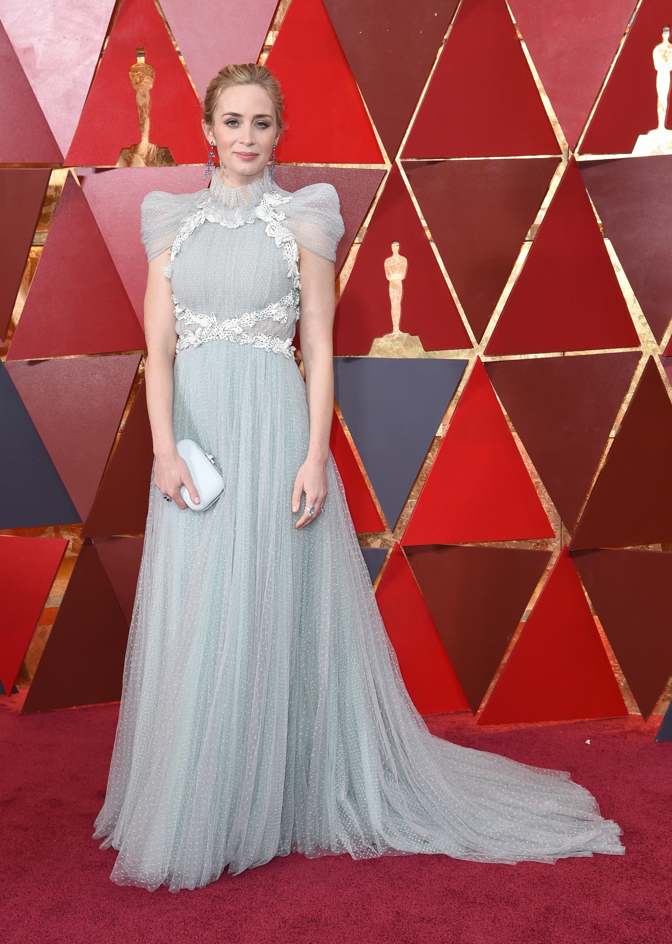 La actriz Emily Blunt optó por un vestido de estilo romántico de Schiaparelli en tonos grises para asistir a los Premios Oscar 2018. (The Associated Press)