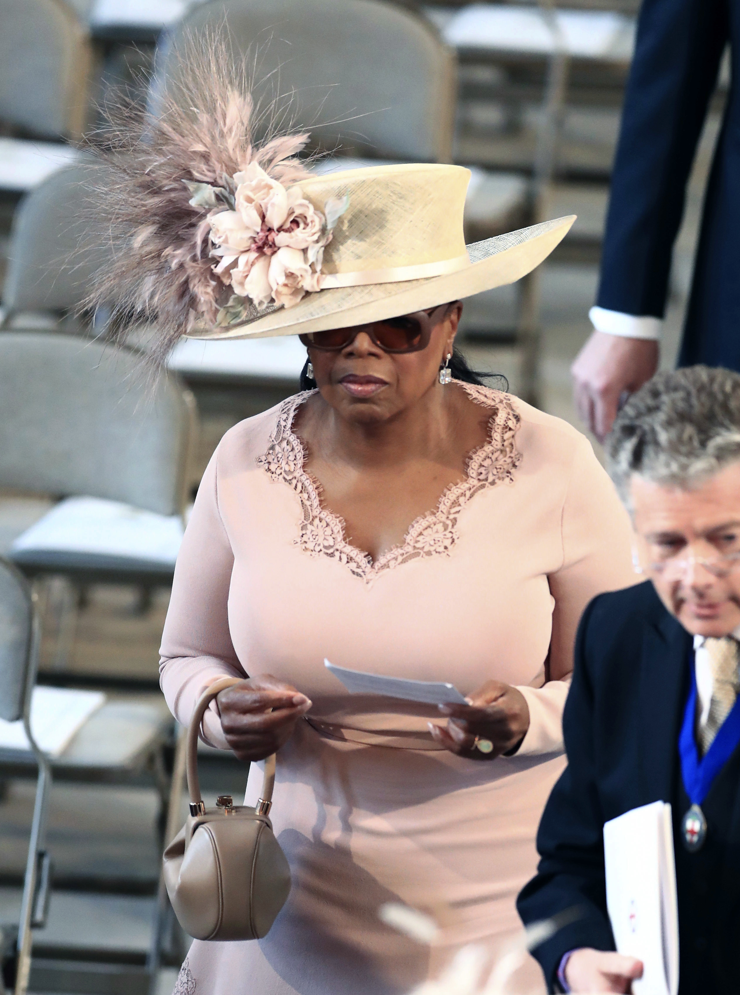 Oprah Winfrey, a su entrada a la capilla para la boda real, luciendo un vestido de Stella McCartney. (Foto: AP)