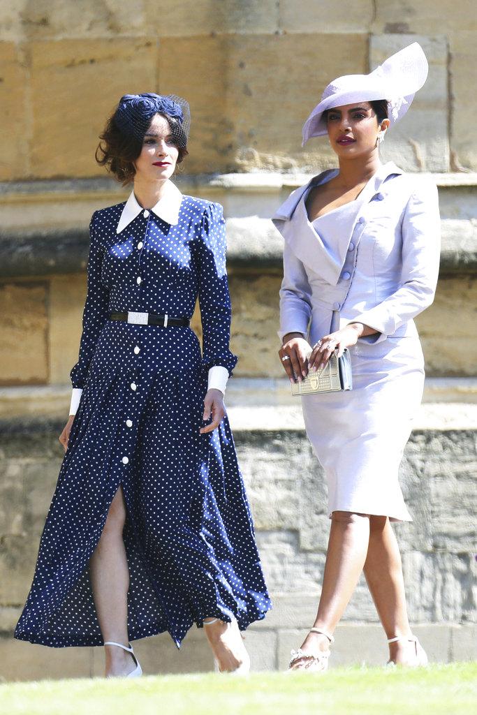 Abigail Spencer (izq) acompaña a una de las amigas de Meghan, la estrella de Bollywood Priyanka Chopra que viajó especialmente para la boda y lució un conjunto de Vivienne Westwood. (Foto: AP)