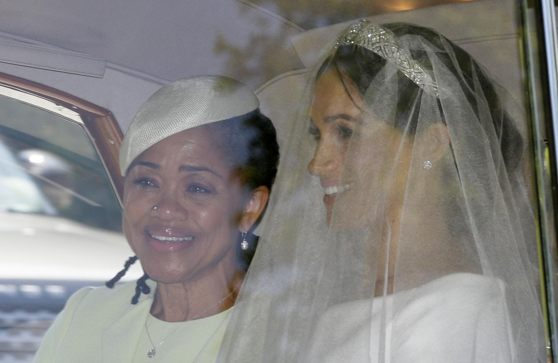 Meghan Markle y su madre, Doria Raglan, se mostraron siempre sonrientes durante el trayecto hasta la ceremonia. (Foto: AP)