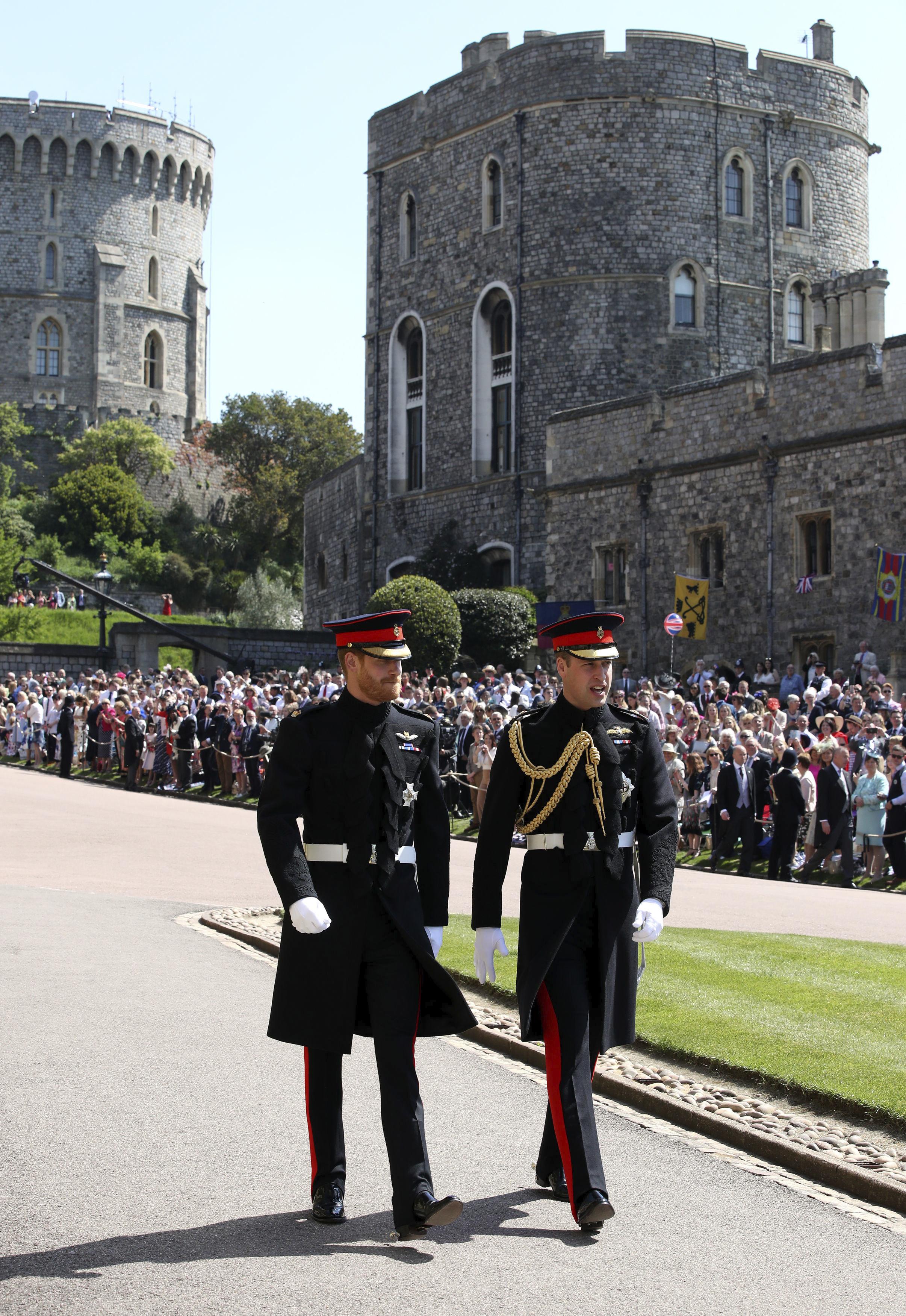 Los príncipes William y Harry caminaron hasta la capilla de St. George para alegría de los seguidores que pudieron verlos de cerca. (Foto: AP)