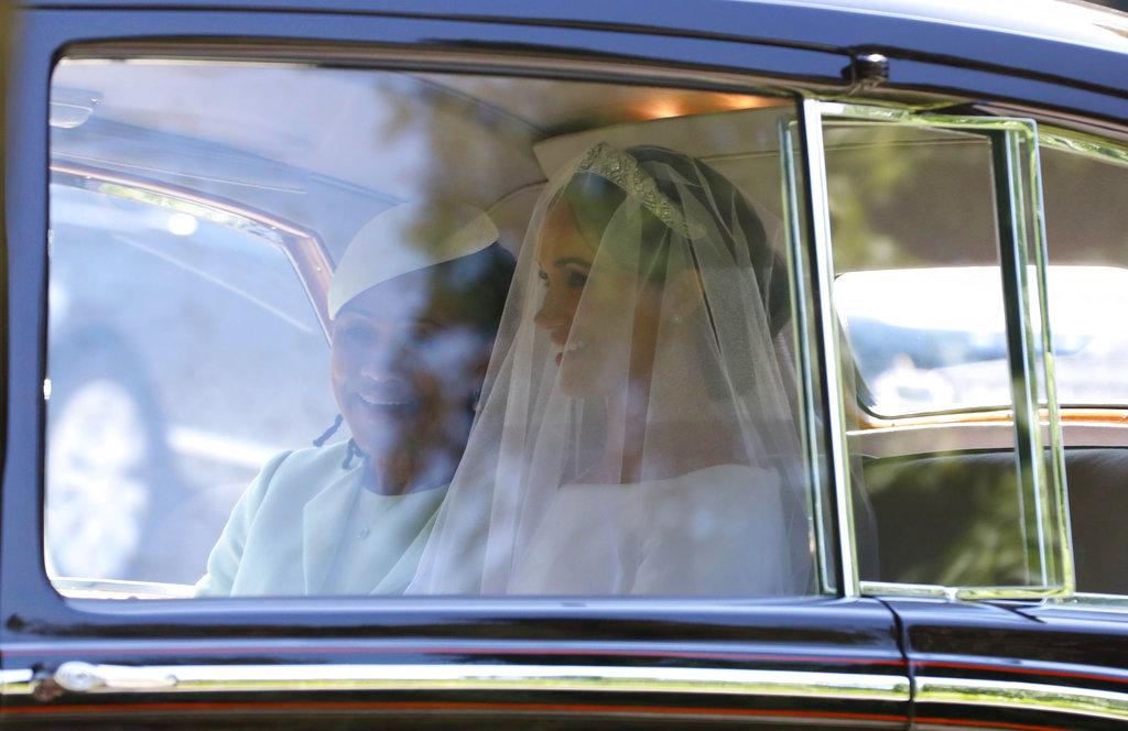 La primera foto de Meghan Markle, junto a su madre, camino a la capilla. (Foto: AP)