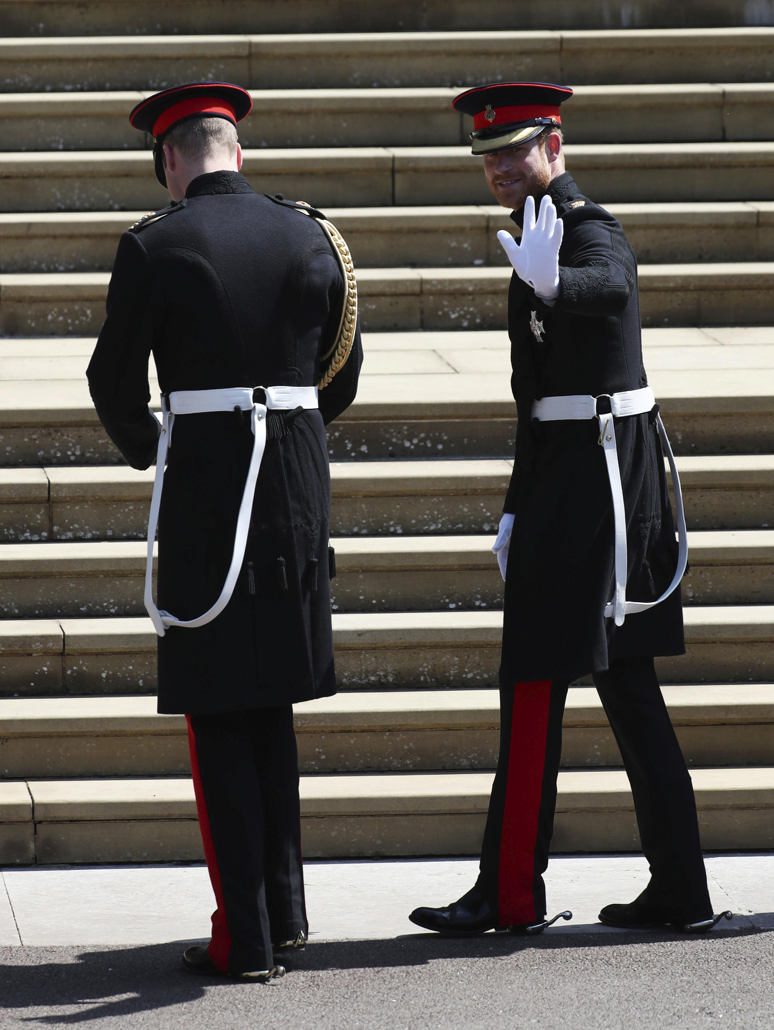 Harry voltea para saludar a la gente antes de entrar en la capilla de St. George. (Foto: AP)