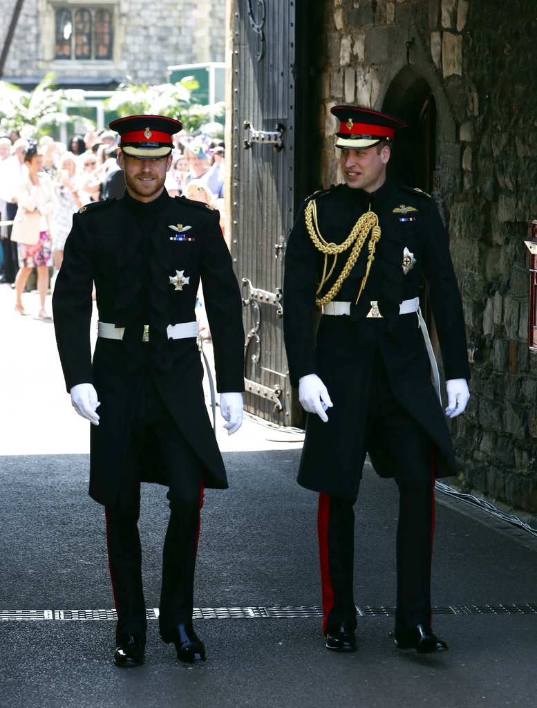 Harry y William se acercan a la entrada de la capilla. (Foto: AP)