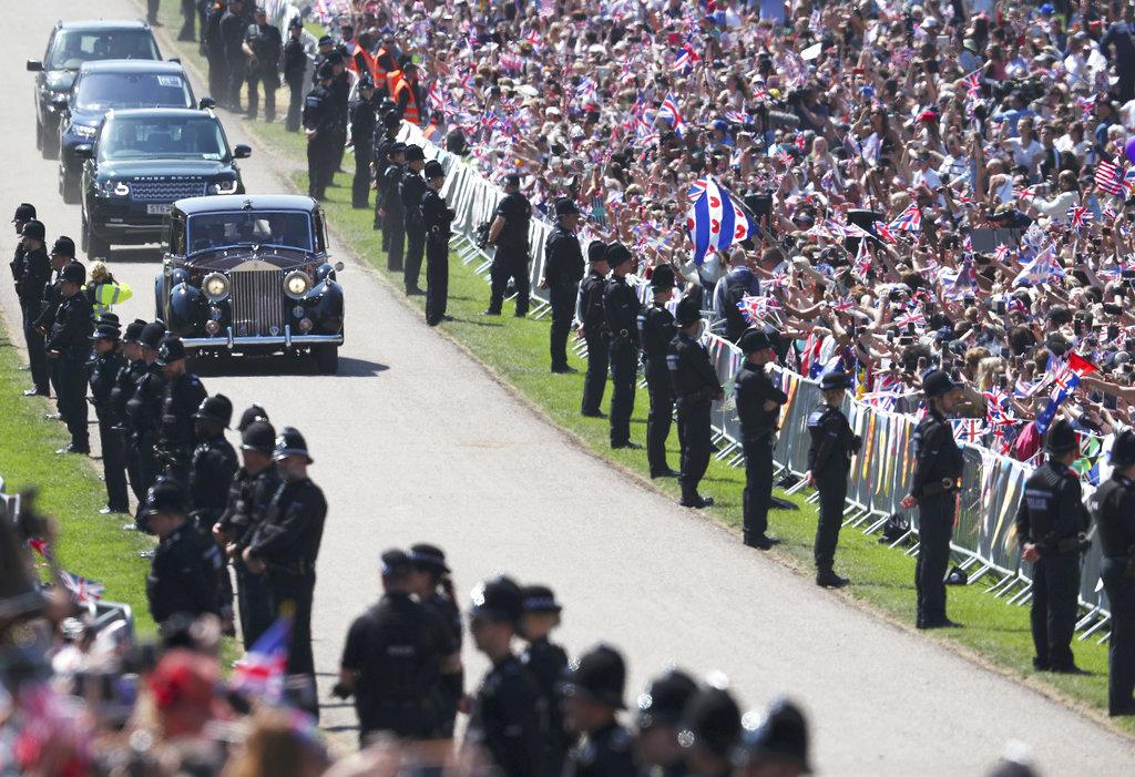 Miles de personas se acercaron hasta Windsor para ver pasar a Meghan hacia el altar. (Foto: AP)