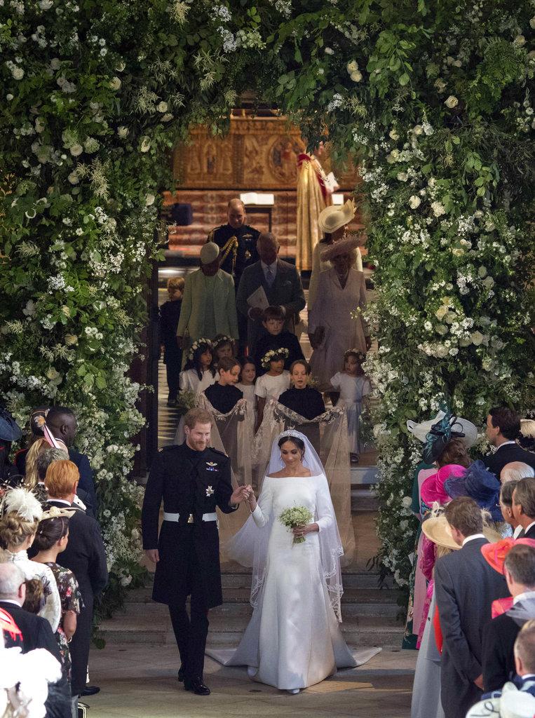 La salida: la pareja deja la capilla convertidos en esposos ante la Iglesia Anglicana. (Foto: AP)
