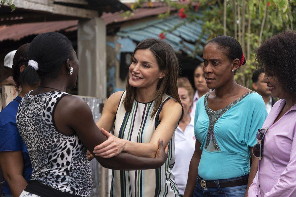 La reina Letizia comparte con residentes de La Esperanza, un barrio de Monte Plata, en República Dominicana. (AP)