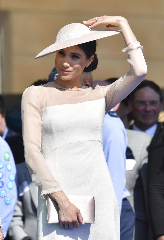 Espontánea y natural, Meghan no dudó en acomodarse el sombrero cuando hizo falta. (Foto: AP)