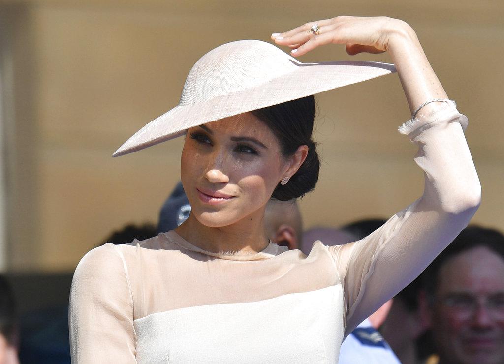 La duquesa eligió un sombre de al ancha inclinada para cubrirse del sol durante el evento al aire libre. (Foto: AP)