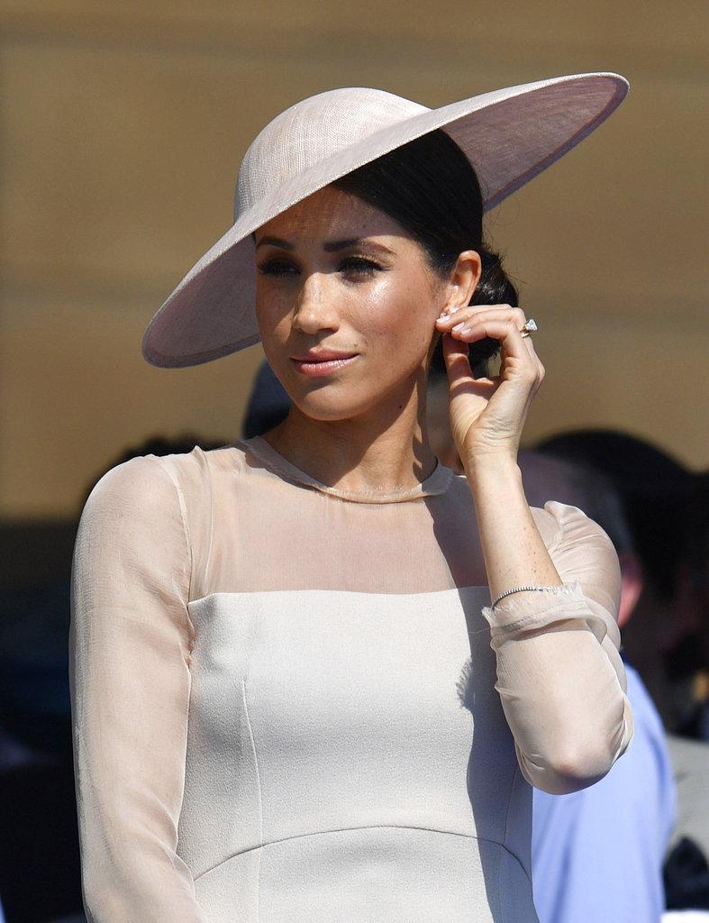También se pudo ver a Meghan Markle juguetear con sus aretes durante el homenaje al príncipe Charles. (Foto: AP)