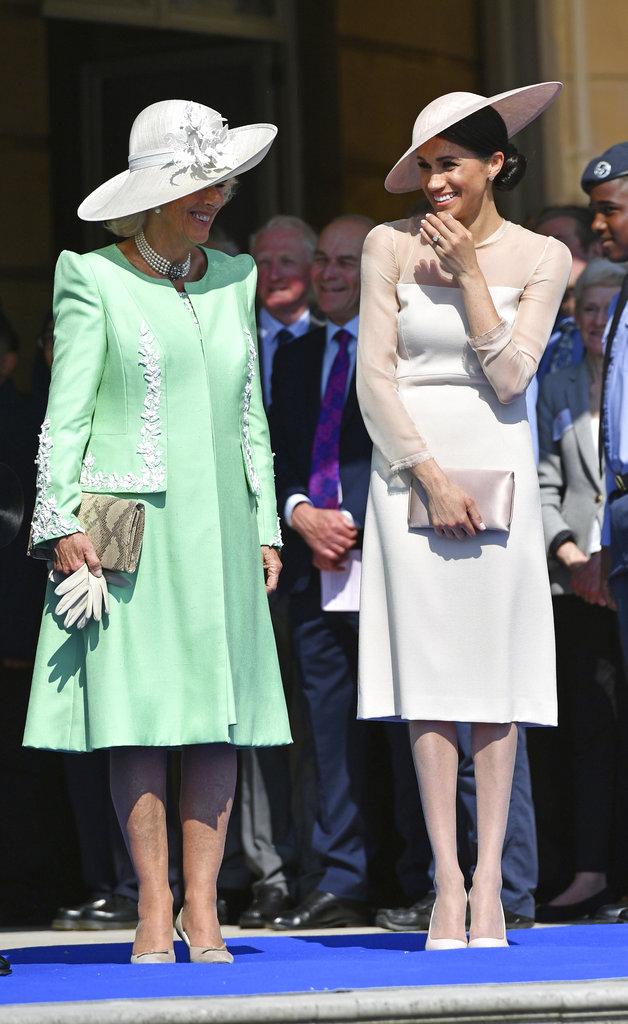 También con Camilla, la duquesa de Sussex soltó su sonrisa. (Foto: AP)