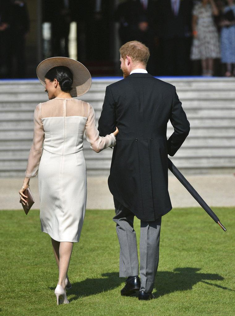 En esta foto, se aprecian los detalles del vestido en tono rosa peach que eligiera la duquesa de Sussex para su primera aparición pública tras la boda. (Foto: AP)
