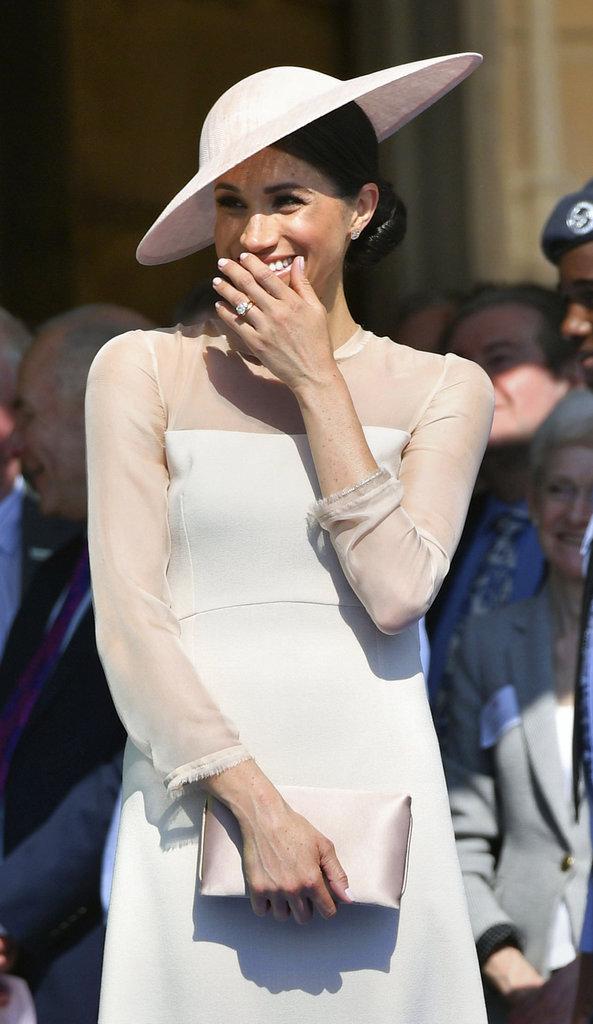 La duquesa de Sussex no contuvo sus emociones y soltó su sonrisa durante el evento llevado a cabo en el Palacio de Buckingham. (Foto: AP)