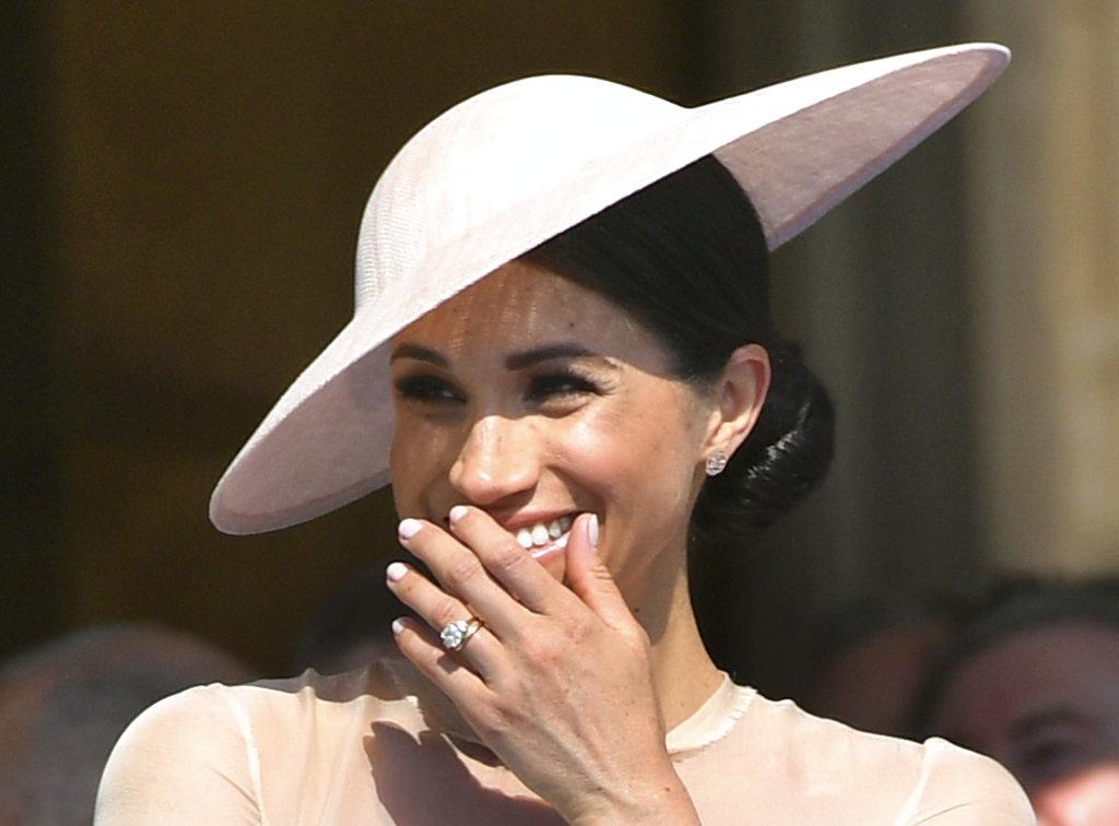 A pura sonrisa, Meghan Markle acompañó a su esposo en un festejo anticipado por los 70 años de su padre, el príncipe Charles. (Foto: AP)