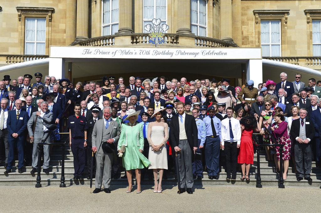 Los invitados al festejo posaron con los recién casados, el príncipe Charles y su esposa Camilla. (Foto: AP)