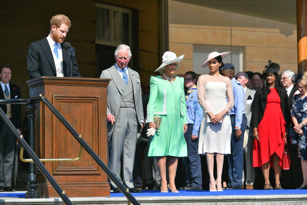 Hubo momentos de seriedad, en los que Meghan escuchó atenta el discurso de Harry. (Foto: AP)