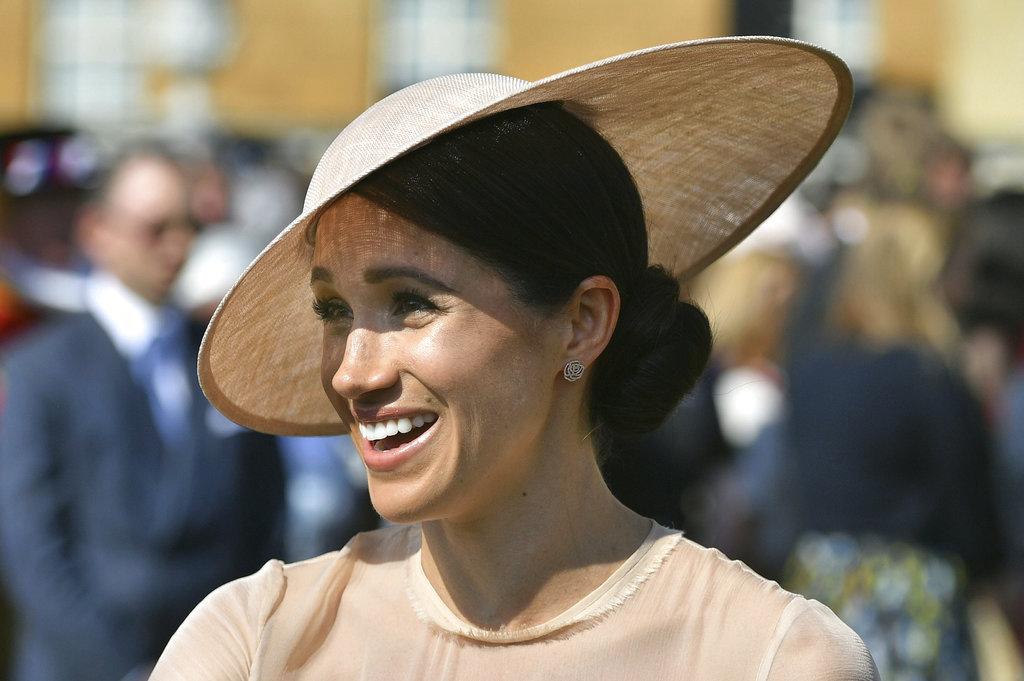 Meghan saludó con una amplia sonrisa a los invitados al homenaje anticipado de Charles que en noviembre cumplirá 70 años. (Foto: AP)