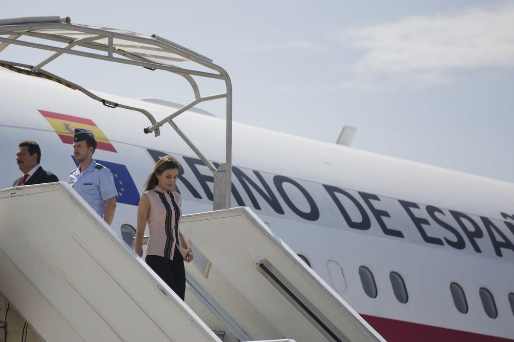 La reina Letizia baja las escaleras de su avión a su llegada al aeropuerto internacional de Puerto Príncipe procedente de la República Dominicana. (EFE)