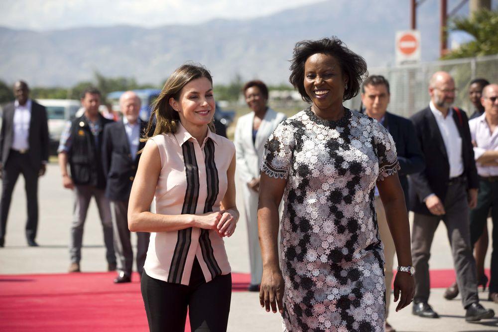 La primera dama de Haití, Martine Moise (derecha), da la bienvenida a la reina Letizia a su llegada al aeropuerto internacional de Puerto Príncipe. (AP)