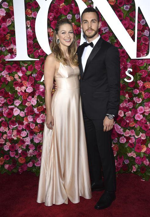 Melissa Benoist y Chris Wood. (AP)