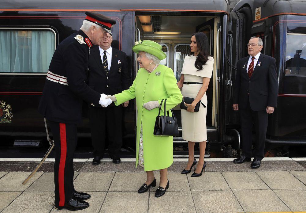 La duquesa y la monarca británica se trasladaron en el tren hasta Chester. (Foto: AP)