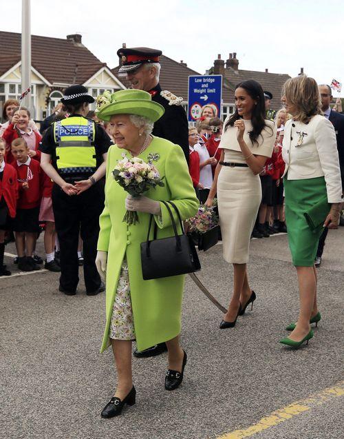 A su llegada a la estación de la ciudad, Meghan y Elizabeth II fueron recibidas por cientos de colegiales uniformados que ondeaban banderas del Reino Unido. (Foto: AP)