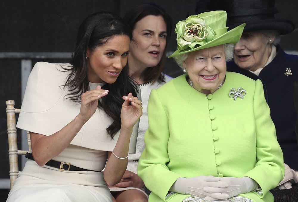 """Meghan Markle conversa con la reina Elizabeth II durante la inauguración oficial del """"Mersey Gateway Bridge"""". (Foto: AP)"""