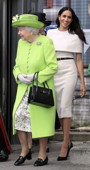 La duquesa de Sussex, Meghan, llega junto a la reina Elizabeth II a la estación Runcorn. (Foto: AP)