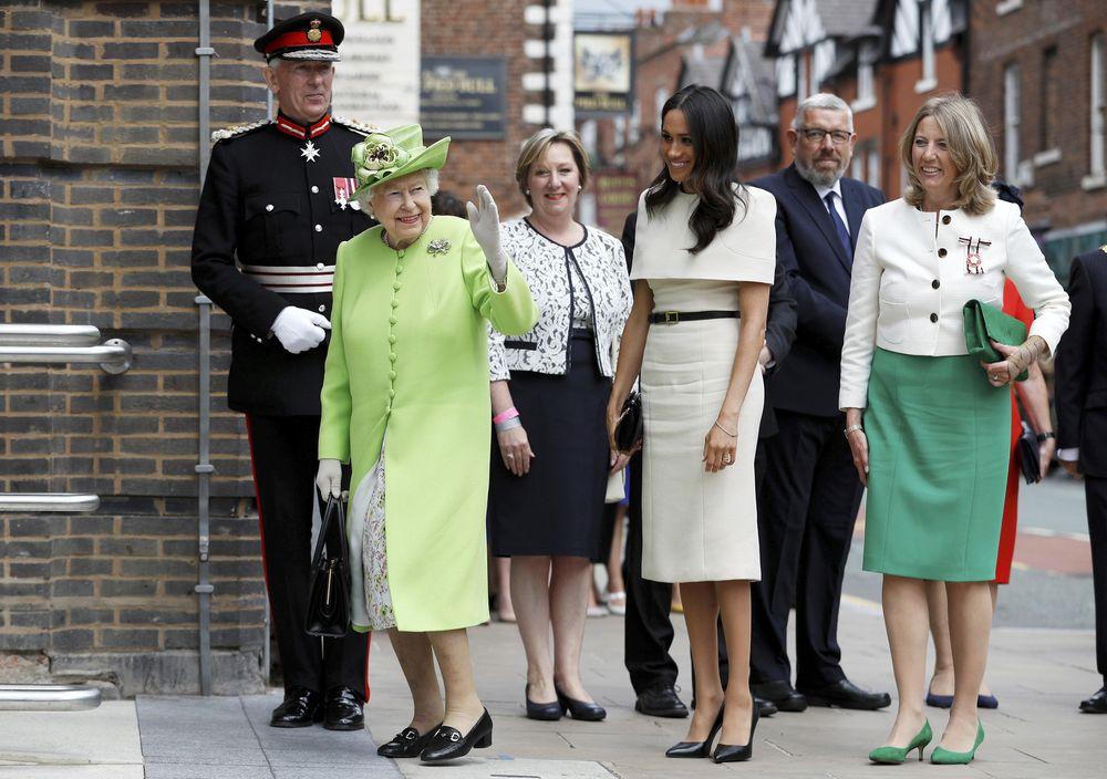 Meghan y Elizabeth II llegan al Storyhouse Chester, donde hicieron un recorrido por sus instalaciones y participaron en su inauguración oficial. (Foto: AP)