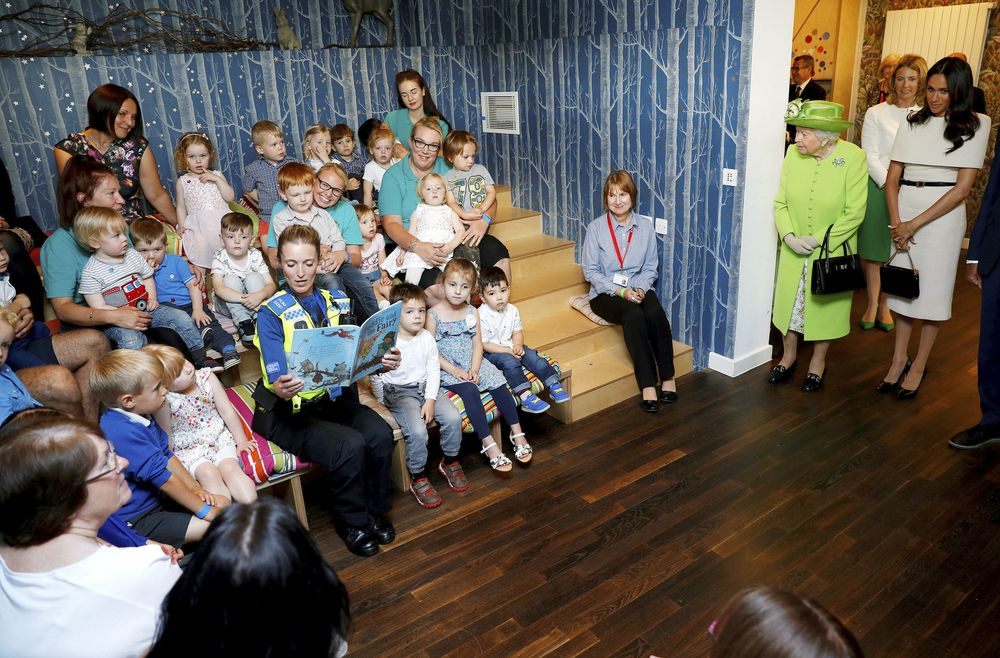 Meghan y Elizabeth II recorren las instalaciones del Storyhouse Chester. (Foto: AP)
