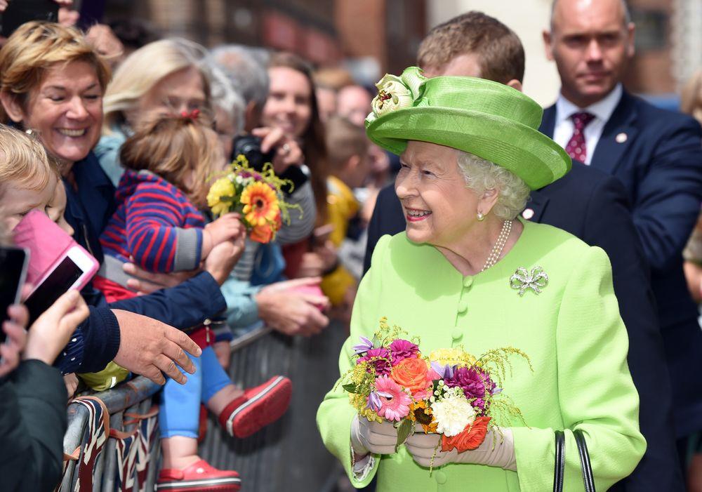 Las personas reciben con flores a la reina Elizabeth II durante su llegada a la ciudad de Chester. (Foto: AP)