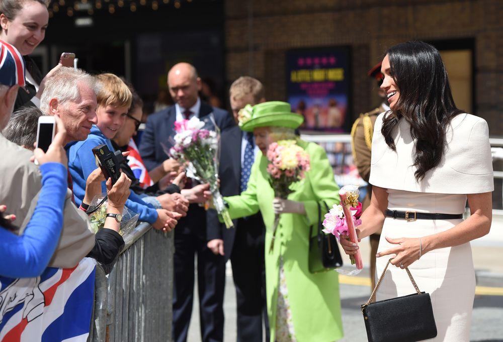 La reina Elizabeth II saluda a las personas durante su llegada a la ciudad de Chester. (Foto: AP)