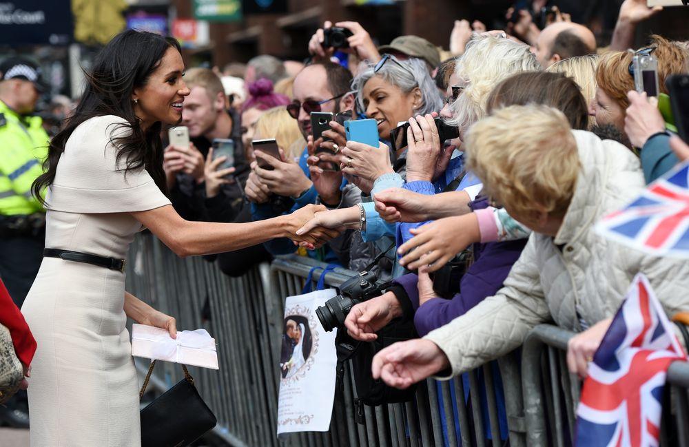 Meghan saluda a las personas durante su llegada a la ciudad de Chester. (Foto: AP)