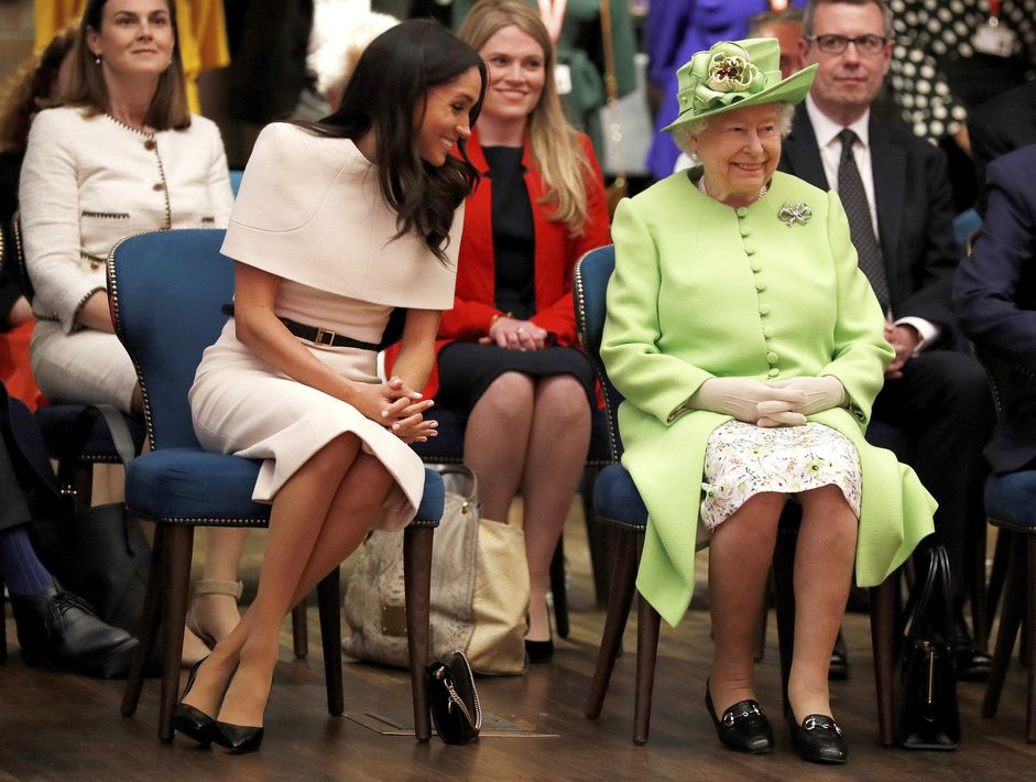 Para la ocasión, la reina lució un conjunto en color verde pistacho con un sombrero a juego. (Foto: AP)