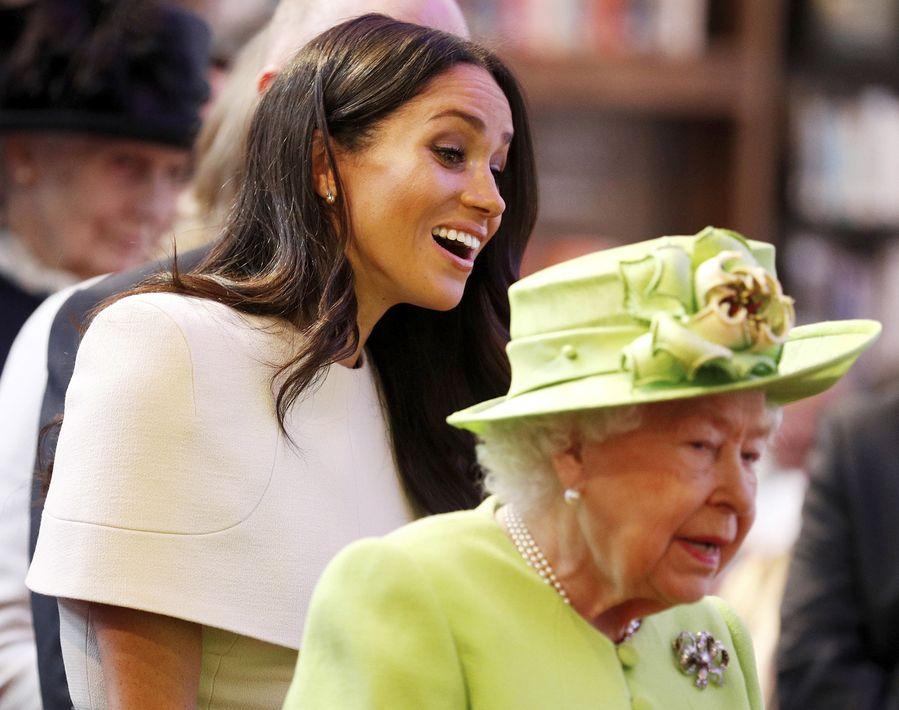 Es la primera vez que la duquesa de Sussex, Meghan, acompaña a la reina Elizabeth II en una visita oficial. (Foto: AP)