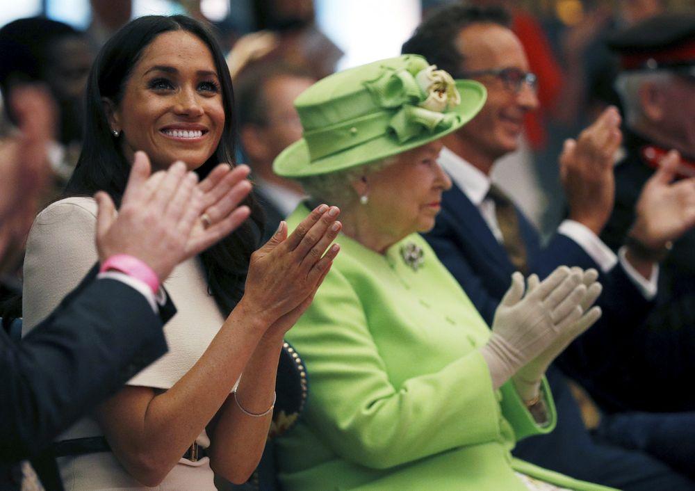 Meghan y Elizabeth II aplauden durante la apertura oficial del Storyhouse Chester. (Foto: AP)